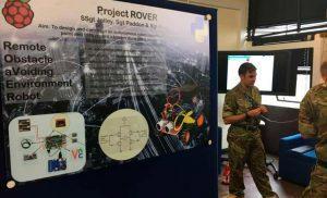 Soldado con una diapositiva del robot ROVER