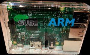 Logos de openSUSE y ARM en una caja de una Raspberry Pi