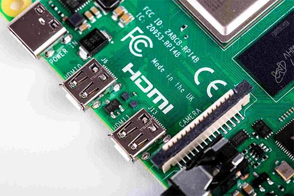 Imagen de los puertos micro HDMI y USB-C de Raspberry Pi 4