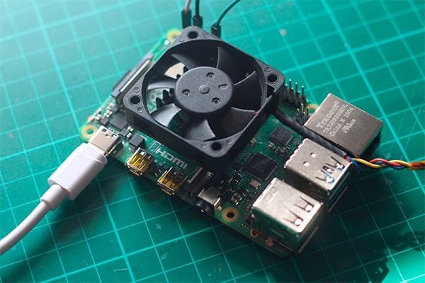 Raspberry Pi 4 enfriada con un ventilador