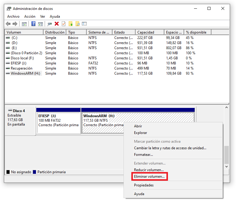 Administración de discos de Windows 10 mostrando el menú contextual para eliminar volumenes