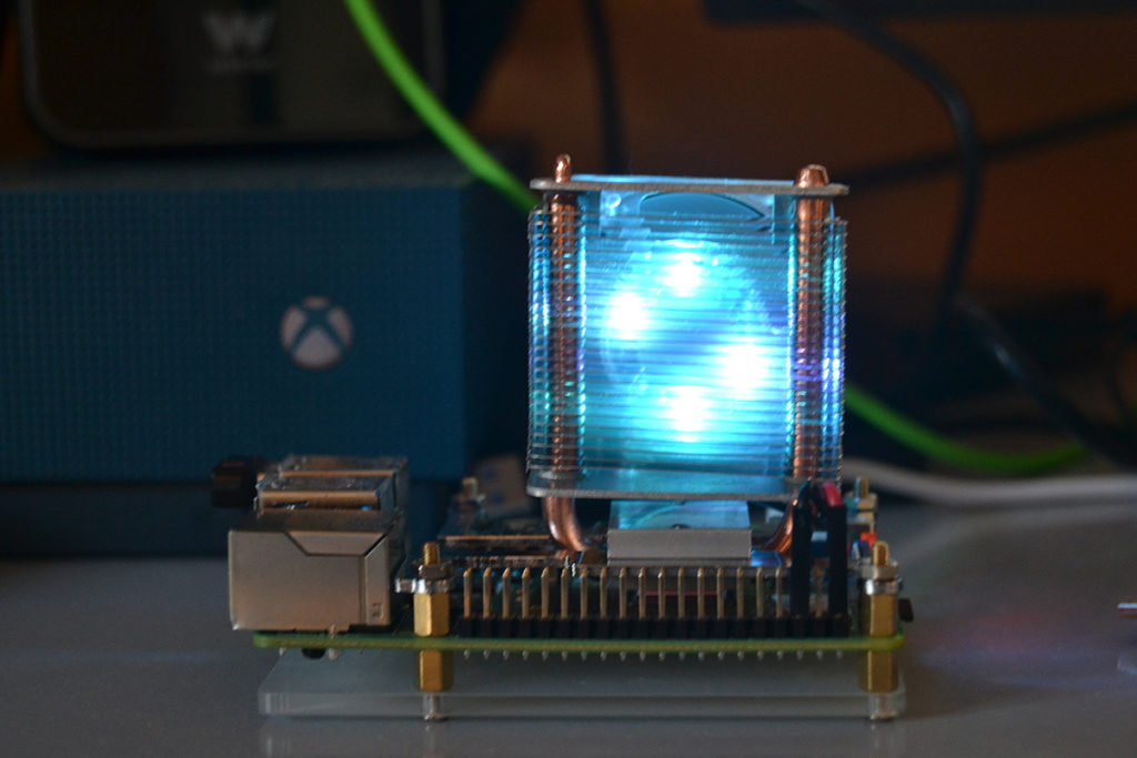 Parte trasera de una Raspberry Pi 4 con el disipador Blink Blink ICE Tower Cooler