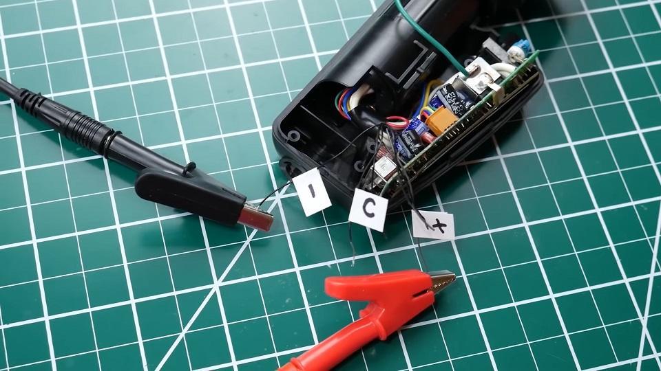 Comprobando los cables para el visor de la cámara
